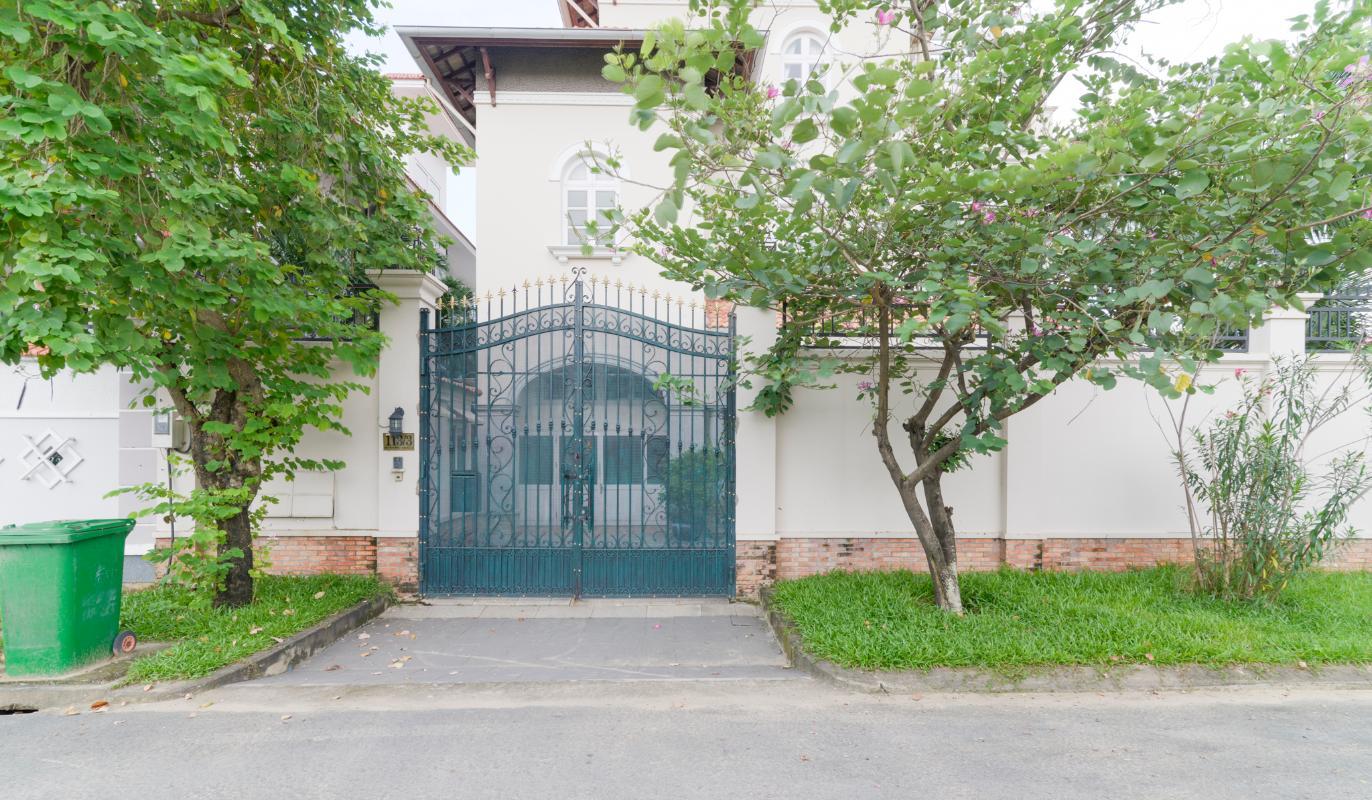 Cổng chính căn villa Villa 3 tầng compound Nguyễn Văn Hưởng