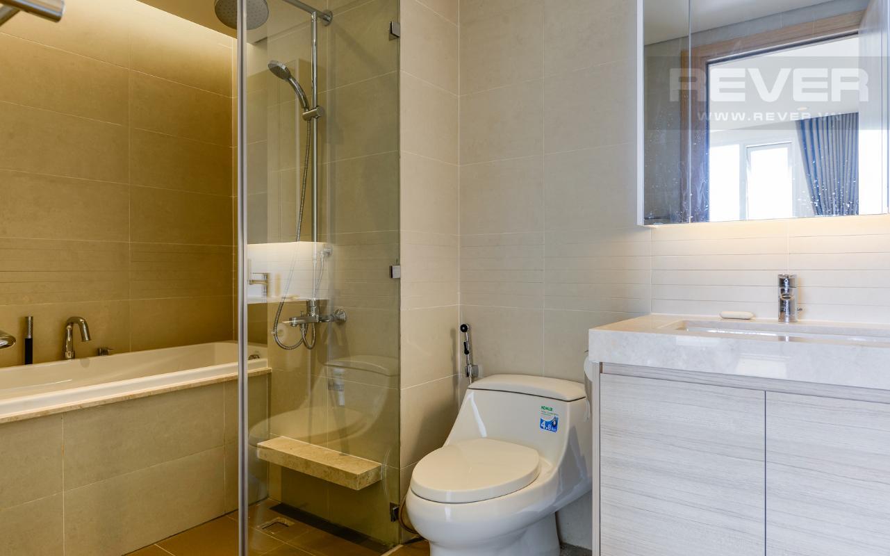 Phòng tắm chính có bồn tắm Căn hộ Sarimi tầng thấp A2, hướng Đông Bắc nhìn ra công viên