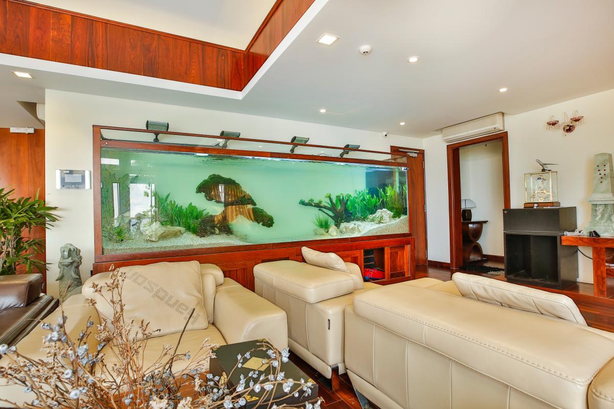 Hồ cá thủy sinh giữa phòng khách Penthouse hướng Nam Sapphire 1 Sài Gòn Pearl
