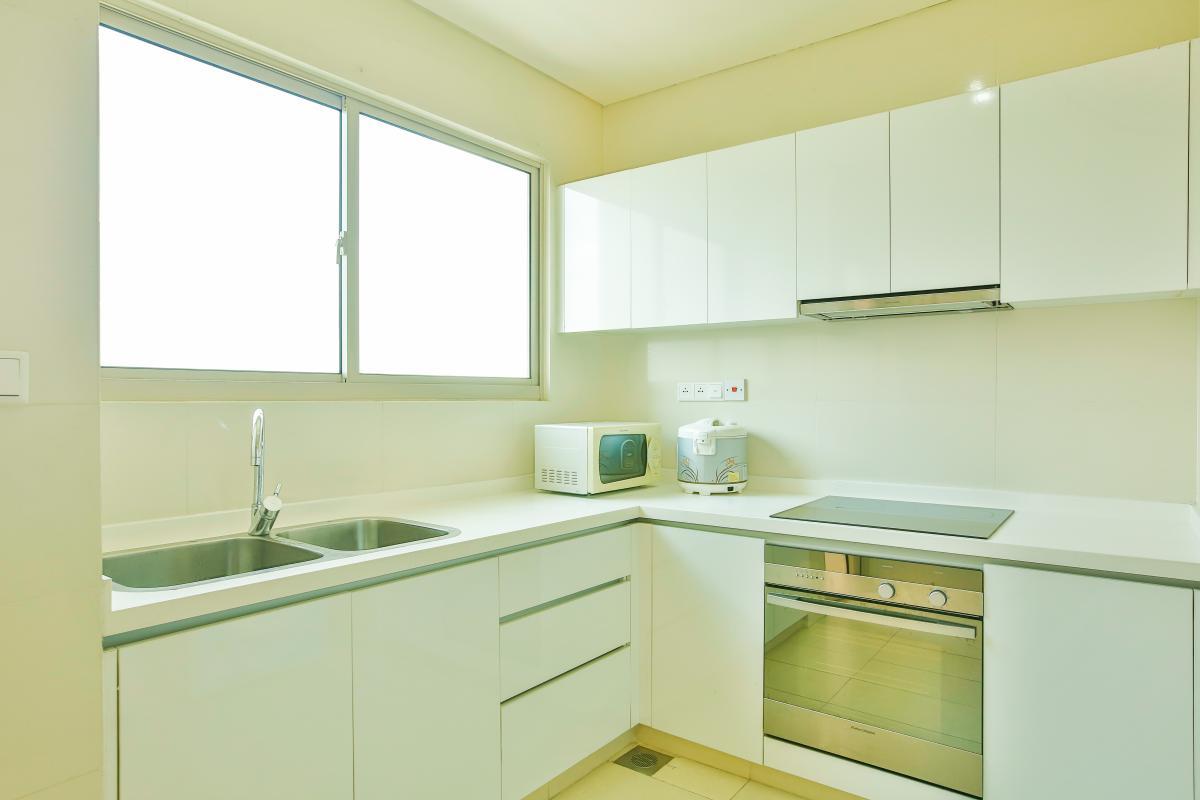 Phòng bếp rộng rãi với tủ kệ bếp trắng Căn hộ 2 phòng ngủ tầng cao T2 The Vista An Phú