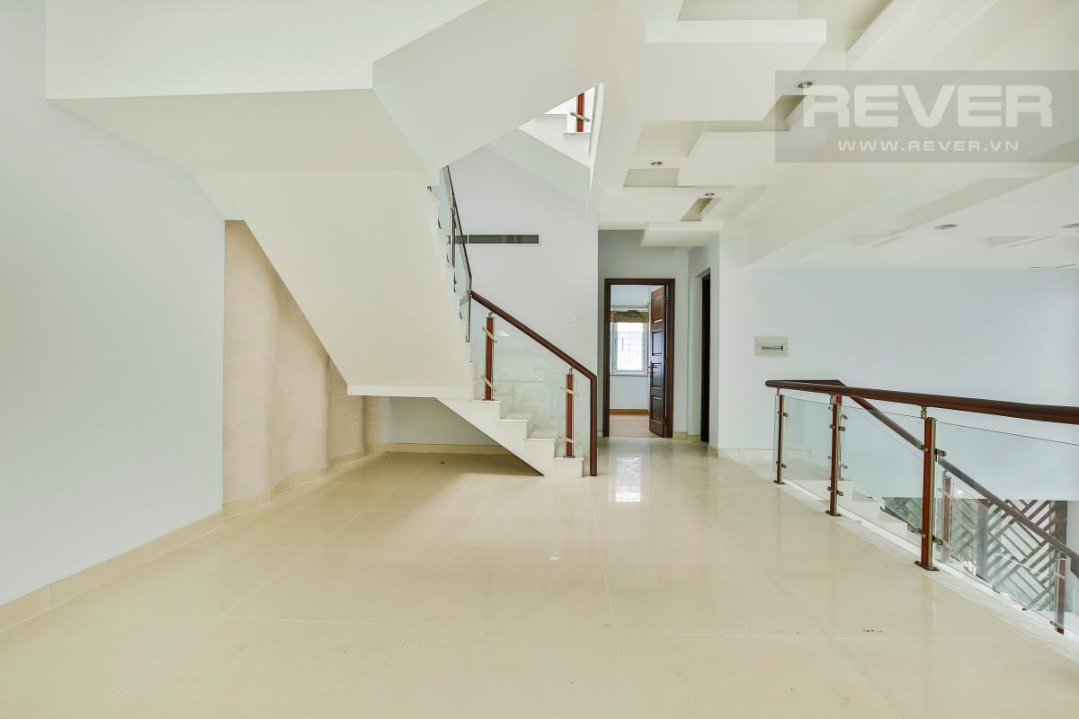 Cầu thang dẫn lên tầng trên Nhà 4 tầng Nguyễn Văn Hưởng