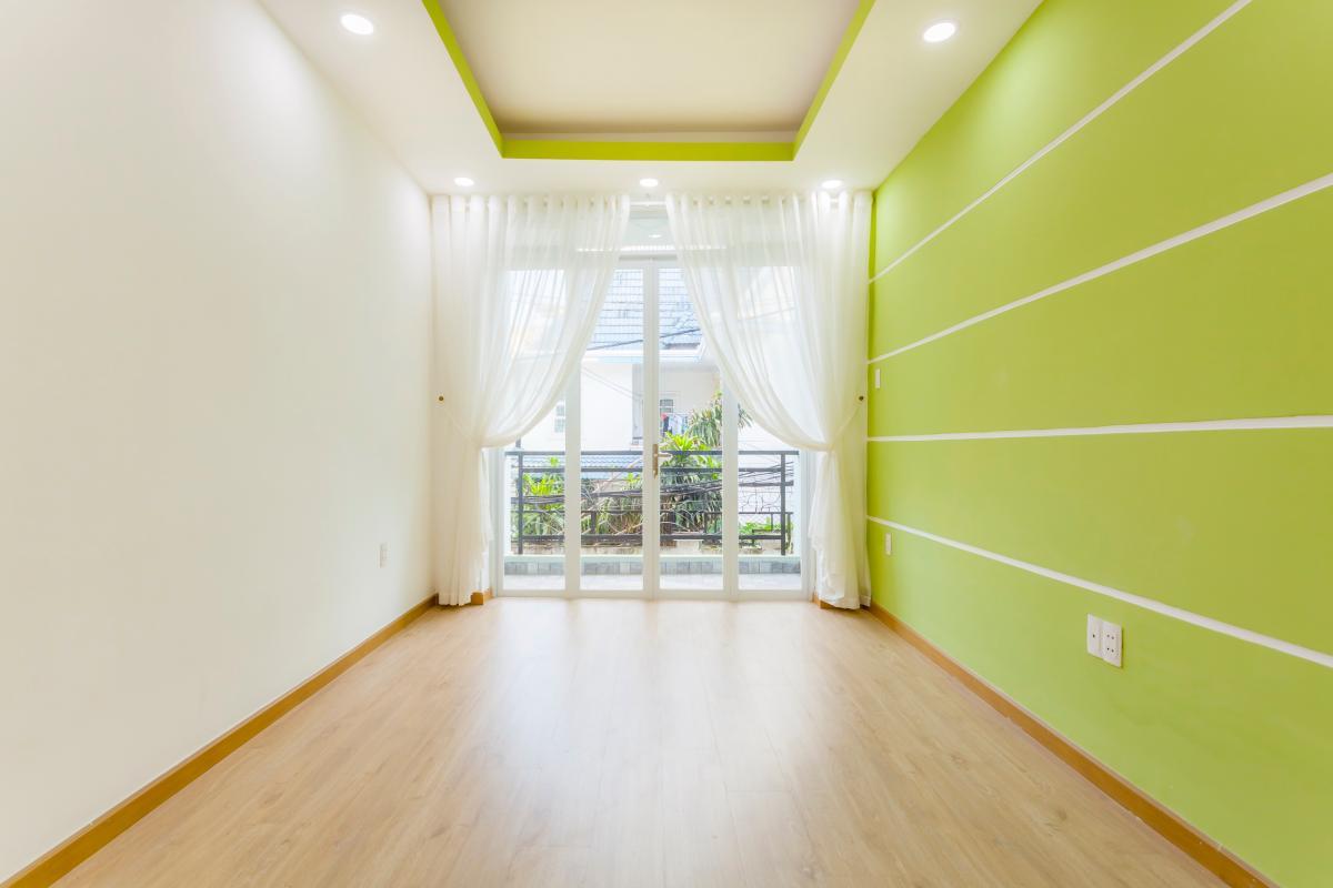 Phòng ngủ mặt trước tầng 1 Nhà 4 tầng hẻm Phan Xích Long hướng Đông Nam thoáng mát