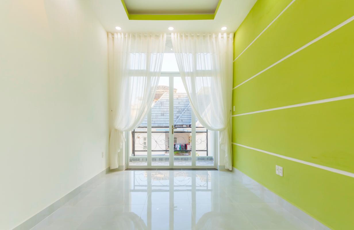Phòng ngủ mặt trước tầng 2 Nhà 4 tầng hẻm Phan Xích Long hướng Đông Nam thoáng mát