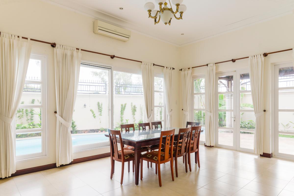 Khu vực bàn ăn view hồ bơi Villa 3 tầng compound Nguyễn Văn Hưởng