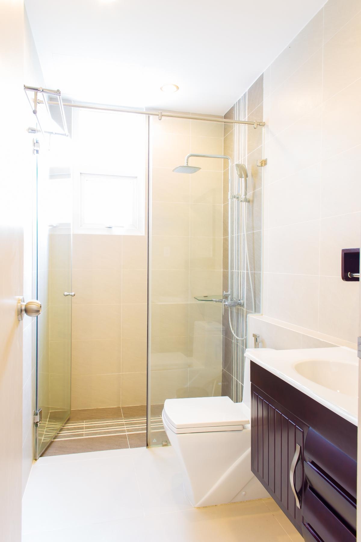 Nhà vệ sinh chính với buồn tắm đứng căn hộ hướng Bắc SEM Residence Căn hộ hướng Bắc SEM Residence