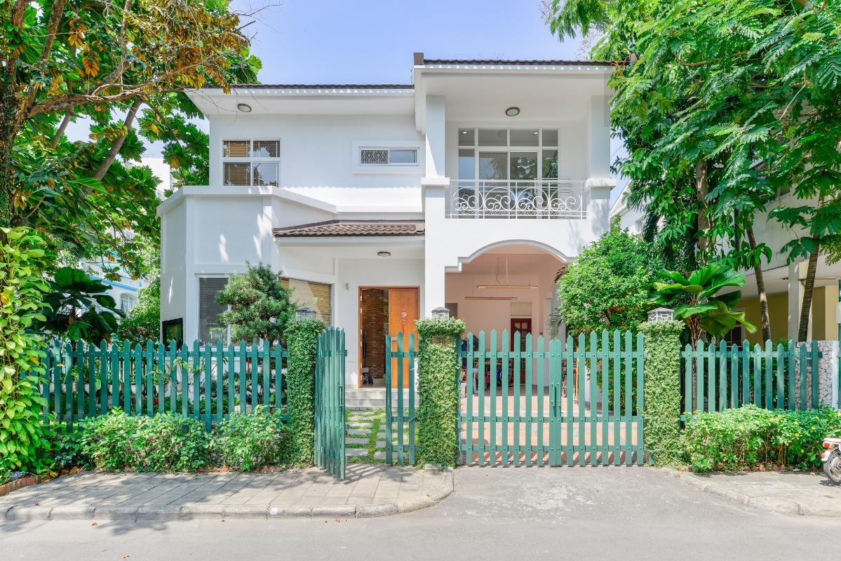 Mặt tiền căn villa trong khu biệt thự đơn lập Hưng Thái 2 Villa 2 tầng có sân vườn hướng Đông Bắc Hưng Thái 2