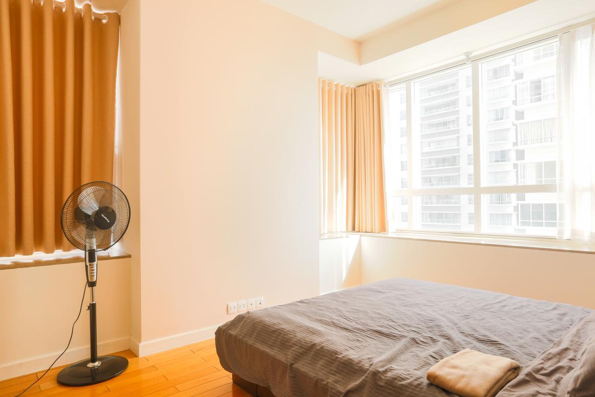 Phòng ngủ chính nằm ở vị trí góc Căn góc Sunrise City tầng cao tháp V4 hướng Tây Nam, 3 phòng ngủ