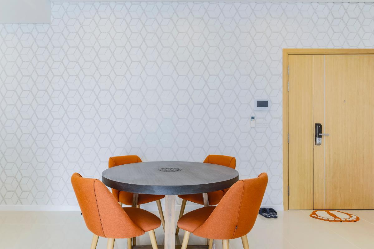 Ghế ngồi bọc vải cam tạo nên điểm nhấn cho khu vực bàn ăn Bán căn hộ Sarimi Sala Đại Quang Minh 87m2, 2PN 2WC, nội thất tiện nghi