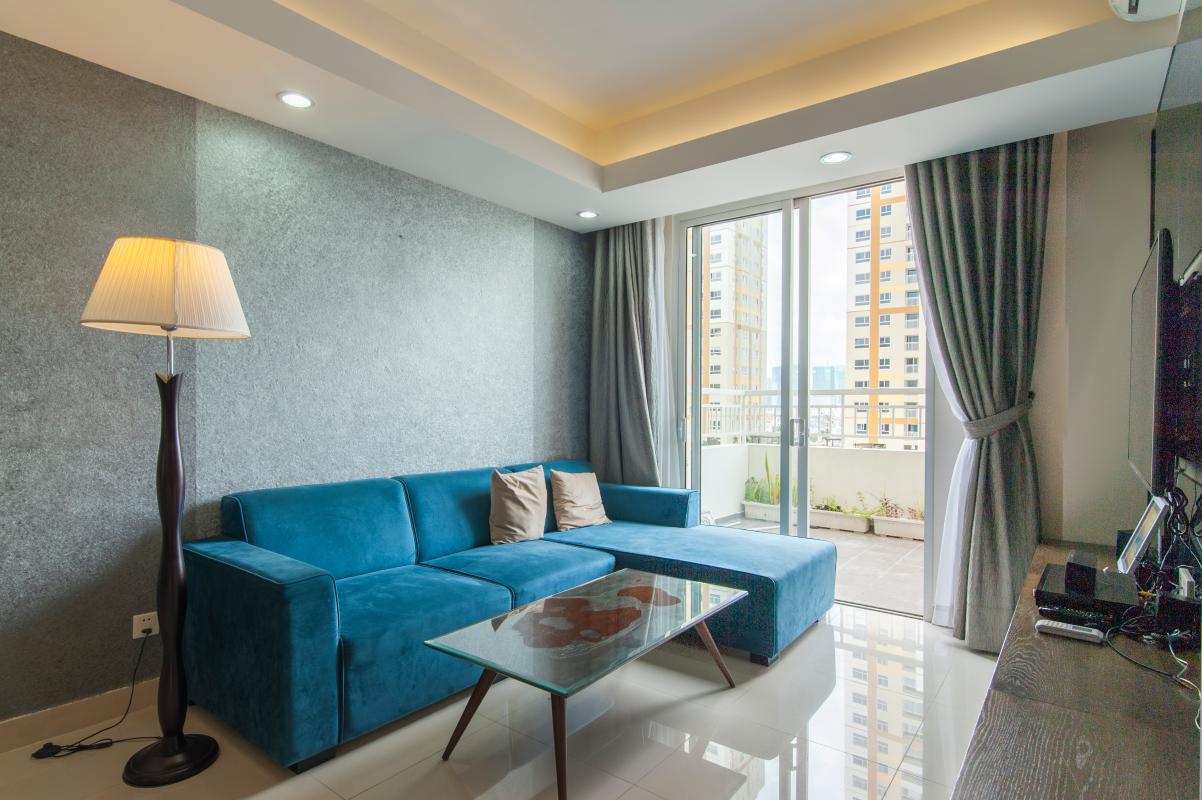 Ghế sofa nổi bật với màu xanh đại dương Căn hộ Đông Bắc trung tầng TC1 Tropic Garden
