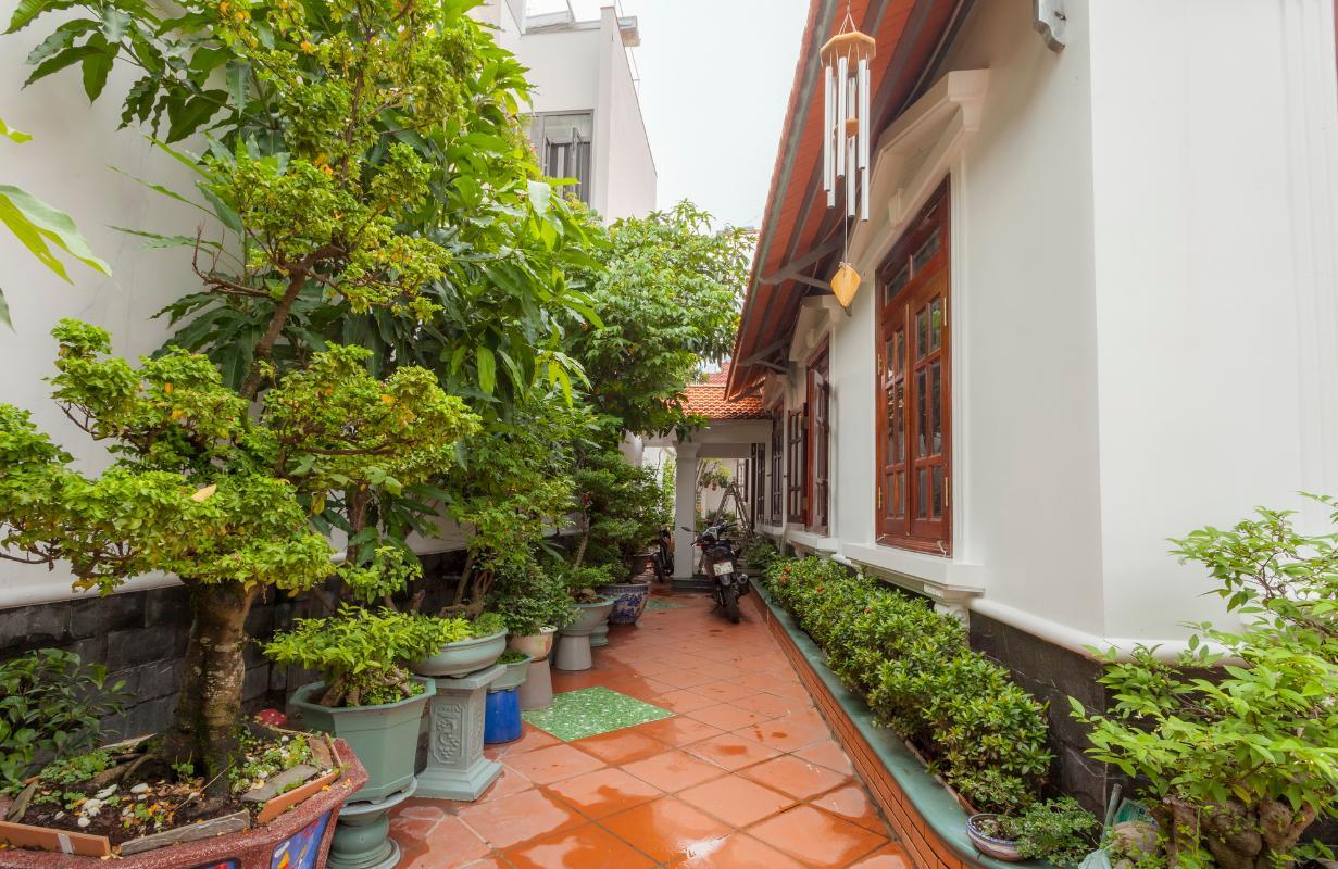 Sân vườn với nhiều cây cảnh bên hông Villa hướng Tây Bắc Đường 12 Thảo Điền