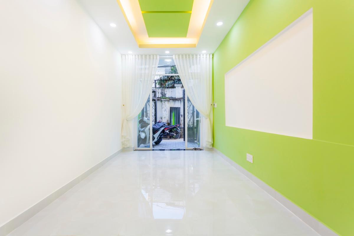 Phòng khách nhìn ra cửa chính Nhà 4 tầng hẻm Phan Xích Long hướng Đông Nam thoáng mát