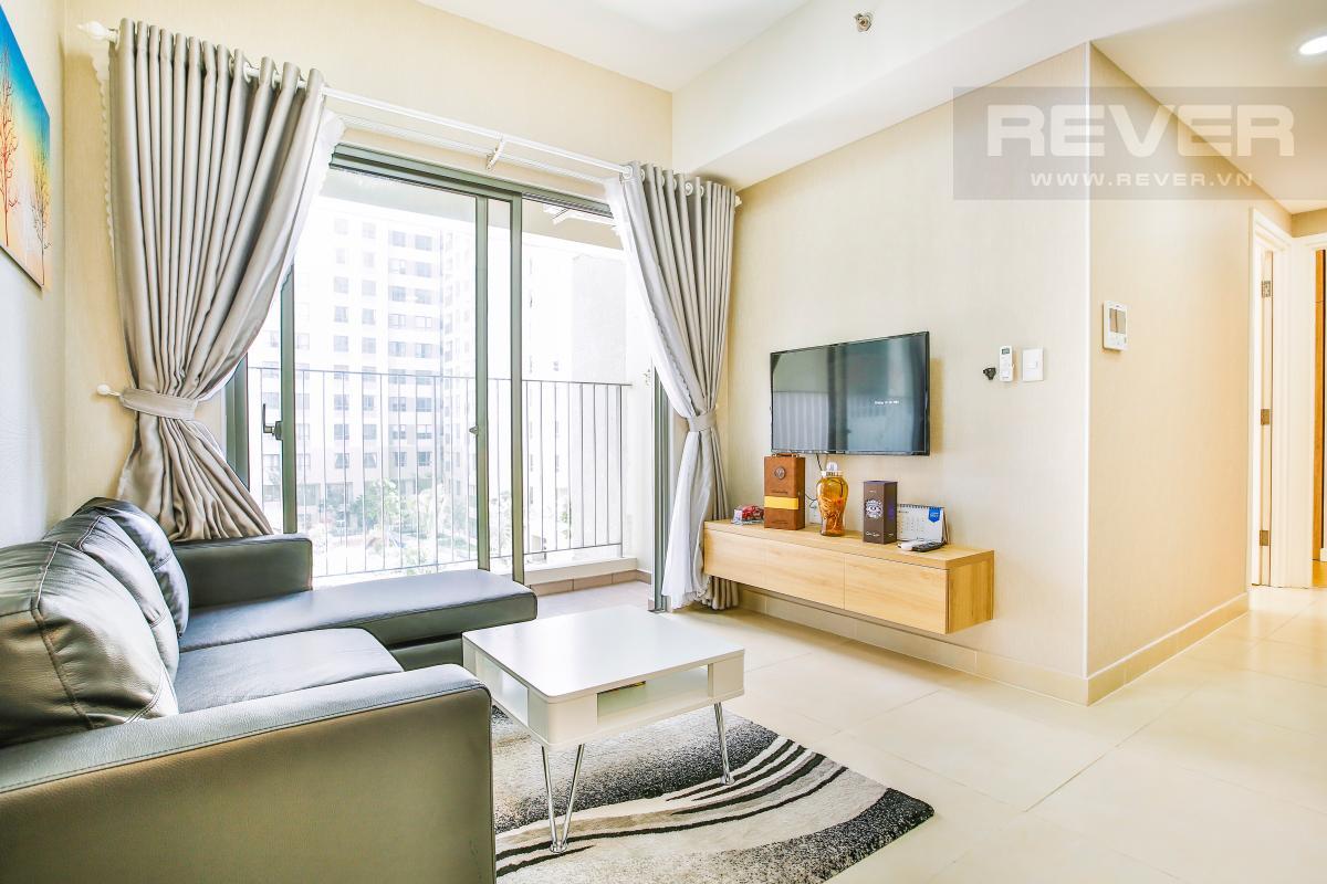 Phòng khách sang trọng với ghế sofa góc bọc da cao cấp, TV LCD màn hình lớn Căn hộ hướng Đông Bắc trung tầng T1A Masteri Thảo Điền