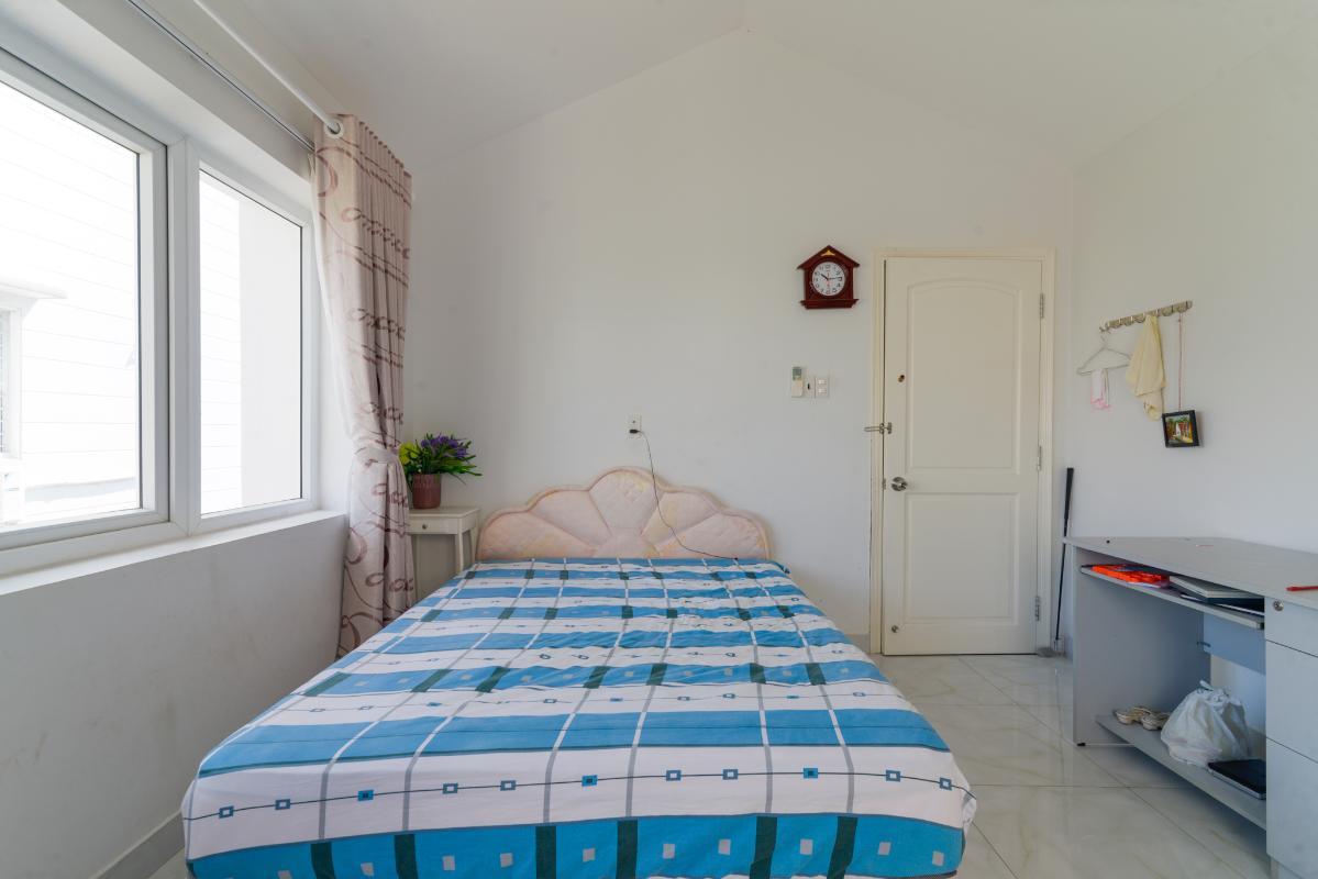 Phòng ngủ nhỏ ở tầng mái có nội thất tối thiểu Villa 3 tầng compound Hà Đô