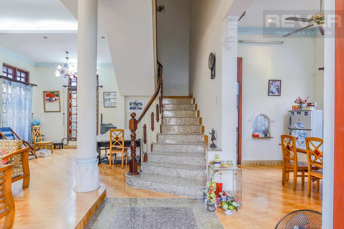 Cầu thang với các bậc thang lát đá sang trọng Villa 3 tầng Đường số 12 Trần Não