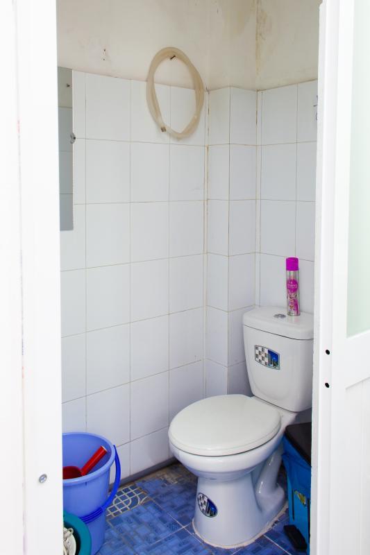 Phòng tắm nhỏ ở tầng dưới Căn hộ 2 mặt tiền lô D chung cư Hùng Vương