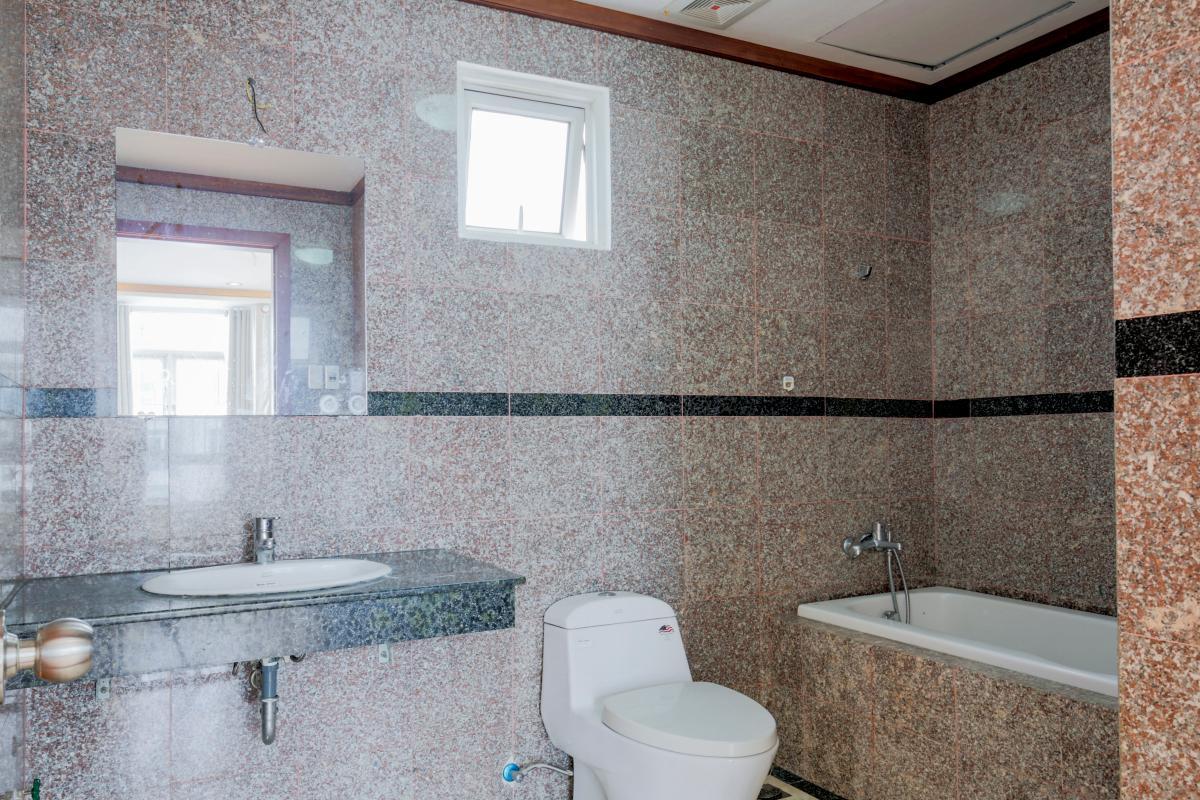 Phòng tắm chung Lofthouse 3 tầng tháp B Hoàng Anh Gold House