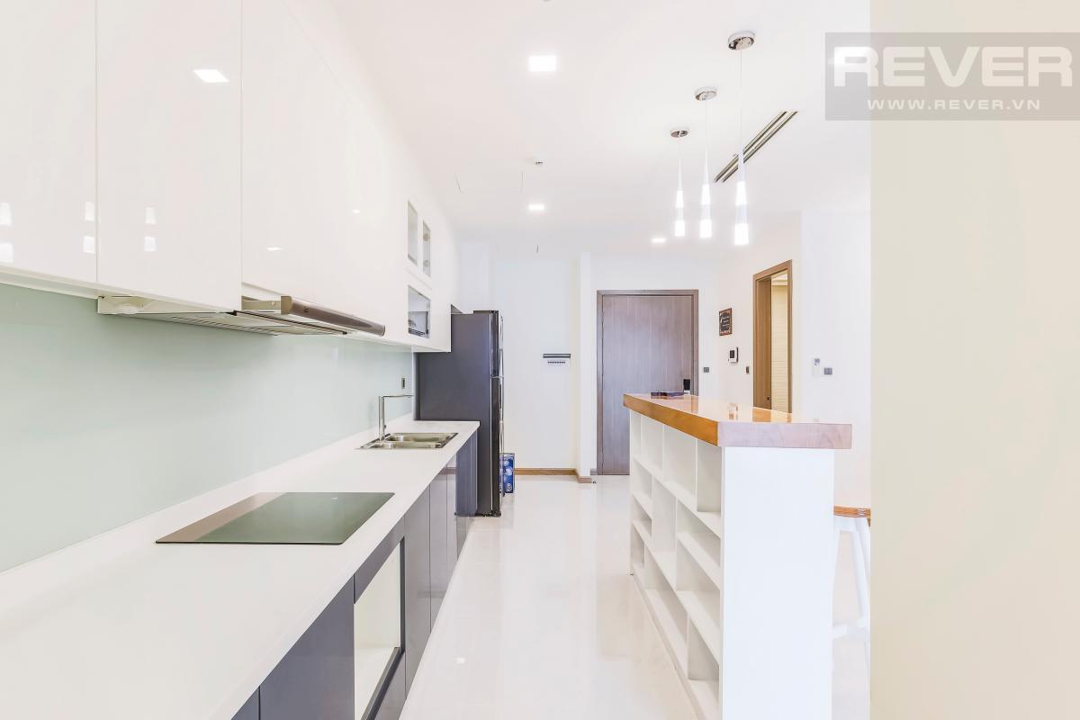 Phòng bếp nhìn ra cửa chính Căn hộ hướng Tây tầng cao P1 Vinhomes Central Park