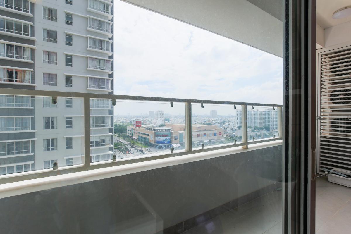 Ban công trải dài từ phòng khách đến phòng ngủ chính. Căn hộ tầng cao V4 Sunrise City