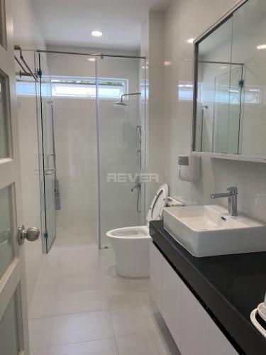 Phòng tắm nhà phố Bình Trưng Tây, Quận 2 Nhà phố rộng 110m2, thiết kế hiện đại đầy đủ nội thất.