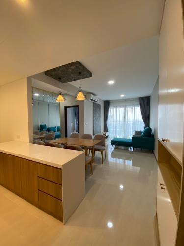 Phòng khách căn hộ One Verandah Căn hộ One Verandah đầy đủ nội thất, sàn lót gỗ, view thành phố.
