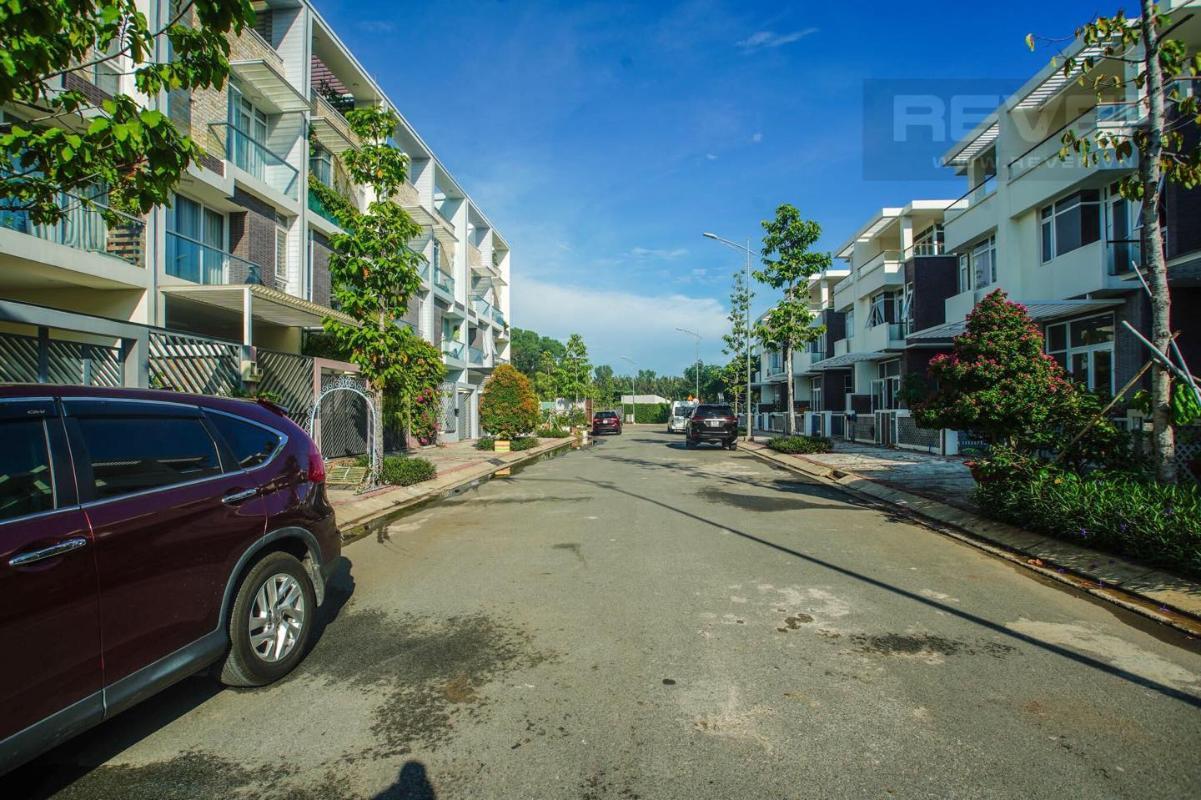 8 Bán nhà phố 3 tầng Jamona Golden Silk Quận 7, diện tích đất 108m2, đầy đủ nội thất, cách Quận 4 khoảng 1km