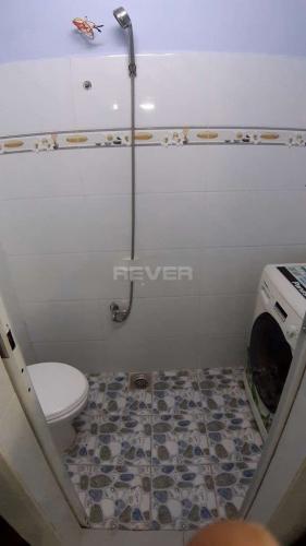 Phòng tắm nhà phố Phạm Thế Hiển, quận 8 Nhà phố có sổ hồng riêng, bàn giao ngay, view hướng Bắc.