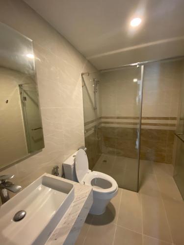 Nhà vệ sinh Officetel Saigon Royal Officetel Saigon Royal tầng thấp, nội thất cơ bản.