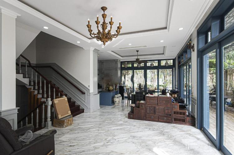 Bên trong biệt thự Phú Mỹ, Quận 7 Biệt thự thiết kế phong cách Tân cổ điển, đầy đủ nội thất sang trọng.