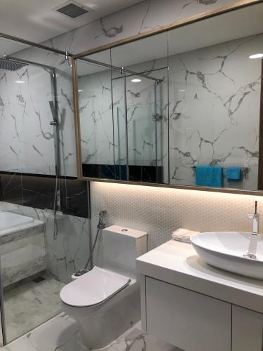 nhà tắm căn hộ Căn hộ Sunwah Pearl tầng 27 ban công Đông Bắc, nội thất đầy đủ