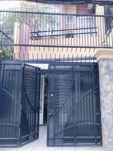 Cổng nhà nhà phố quận Bình Thạnh Nhà hẻm Q Bình Thạnh có 2 mặt đường, có chỗ đậu xe, nội thất đầy đủ.