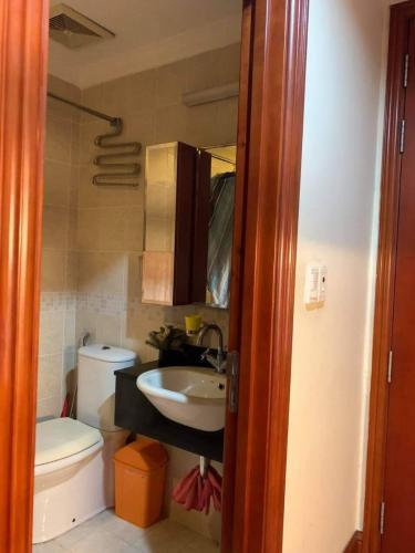 Toilet The Manor Quận Bình Thạnh Căn hộ Studio The Manor đầy đủ nội thất, view thoáng mát.