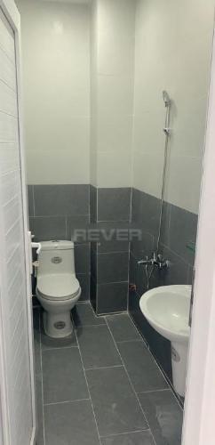 Phòng tắm nhà phố Quận 12 Nhà phố Quận 12 hướng Nam diện tích sử dụng 248m2, hẻm xe hơi.