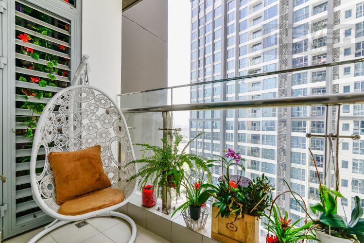 Balcony Căn hộ Vinhomes Central Park tầng trung view sông 2PN, full nội thất