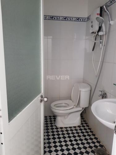 Phòng tắm căn hộ Lotus Apartment Căn hộ Lotus Apartment cửa hướng Tây, ban công hướng Nam đón gió.