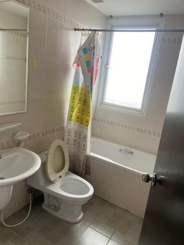 Nhà vệ sinh chung cư Phú Mỹ Căn hộ Phú Mỹ tầng thấp, đầy đủ nội thất.