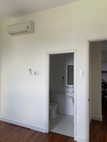 Phòng tắm Topaz Garden, Tân Phú Căn hộ Topaz Garden tầng cao, sàn lót gỗ, đầy đủ nội thất.