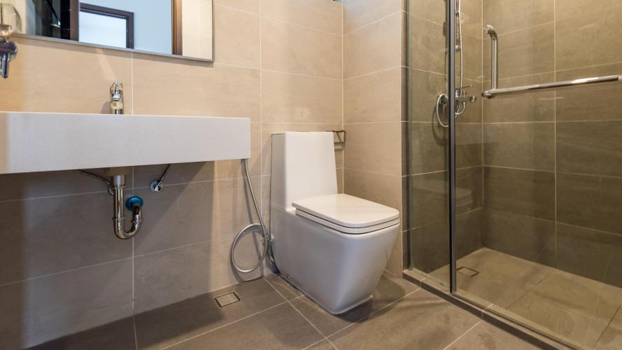 toilet căn hộ One Verandah Căn hộ One Verandah nội thất cơ bản, sàn lót gỗ, nhiều cửa kính.