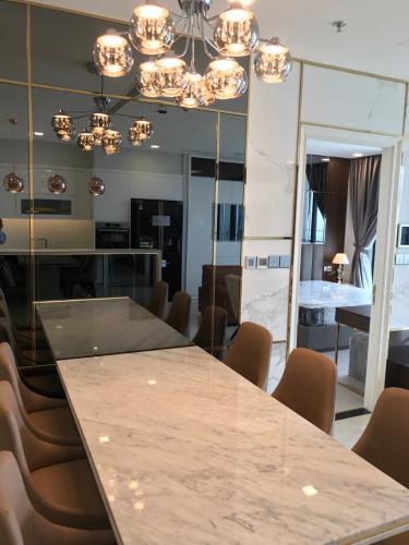 bàn ăn Căn hộ Vinhomes Golden River nội thất đầy đủ, tầng cao.