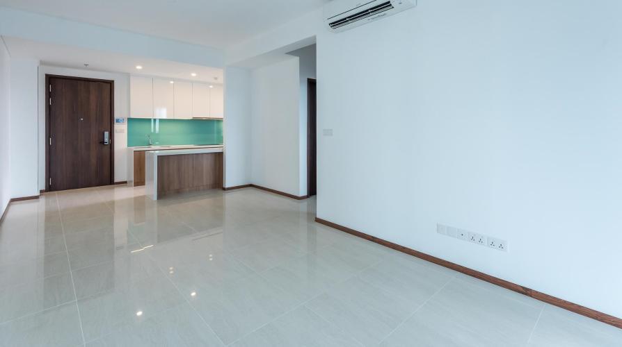 Phòng khách căn hộ One Verandah Căn hộ One Verandah nội thất cơ bản, sàn lót gỗ, nhiều cửa kính.