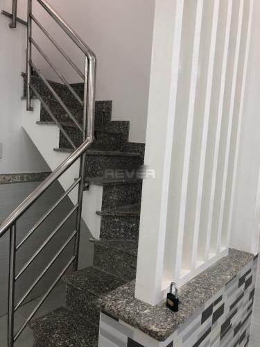 Cầu thang nhà phố Quận 4 Nhà hẻm Tôn Đản nội thất cơ bản, mất 5 phút di chuyển vào quận 1.