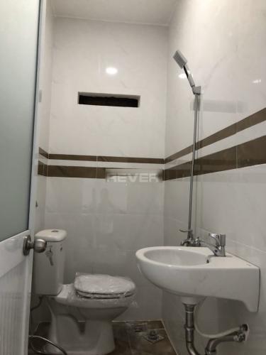 Phòng tắm  nhà phố quận 2 Nhà phố P. Bình Trưng Long, Q.2, sàn lót gỗ, không có nội thất.