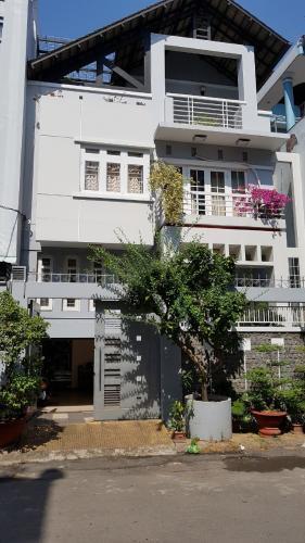 Nhà phố hướng Đông 1 trệt 2 lầu có sân thượng, sổ hồng đầy đủ.