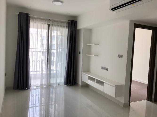 Phòng khách Saigon Royal, Quận 4 Căn hộ Saigon Royal tầng trung, ban công hướng Đông Nam view hồ bơi.