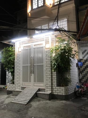 Trực diện nhà phố quận Phú Nhuận Bàn nhà hẻm 3 tầng, 3 phòng ngủ, diện tích đất 43m2, diện tích sàn 158m2, thiết kê hiện đại, đầy đủ nội thất