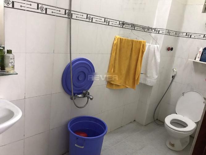 Phòng tắm nhà phố quận Thủ Đức Nhà hẻm đường số 4 Thủ Đức, nội thất cơ bản, diện tích 4.2x16m.