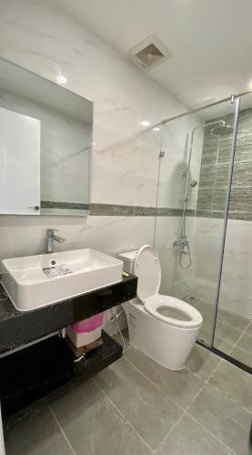 Phòng tắm Kingston Residence, Phú Nhuận Căn hộ tầng trung Kingston Residence ban công hướng Tây.