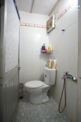 Toilet nhà phố Nhà Bè Bán nhà 2 tầng đường Đào Sư Tích, Nhà Bè, thổ cư 80m2, nội thất cơ bản, cách đường Nguyễn Bình 1km