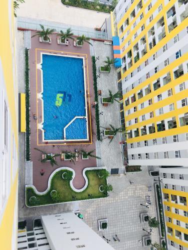 View nội khu hồ bơi Căn hộ City Gate 2 phòng ngủ view nội khu hồ bơi thoáng mát.
