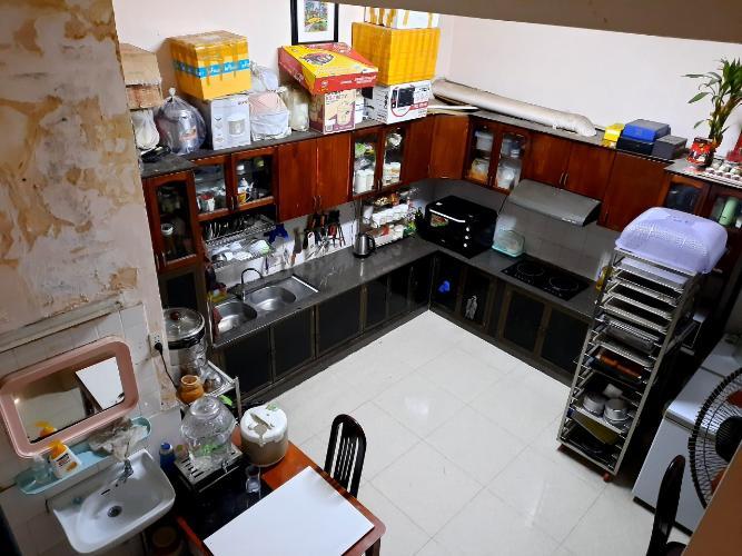 khu vực bếp nhà phố quận 1 Bán nhà hẻm Quận 1 nội thất cơ bản, có thể kinh doanh buôn bán.