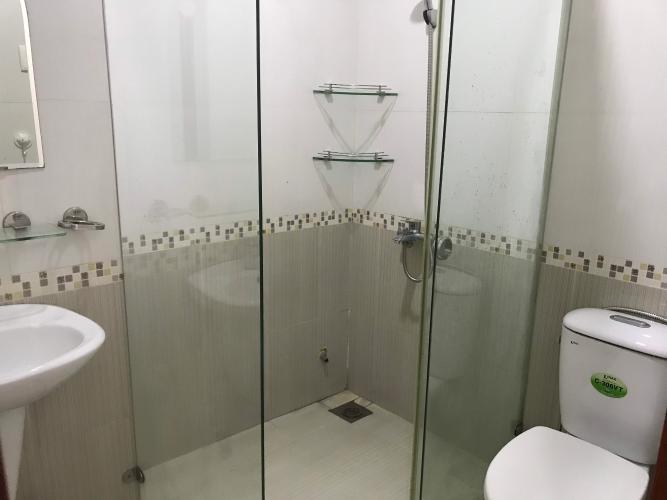 Phòng tắm nhà phố Quận 1 Nhà phố trung tâm thành phố Quận 1 hướng Nam, đầy đủ nội thất.